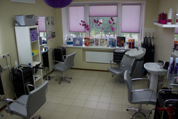 Интерьер парикмахерского зала в салоне На Речной