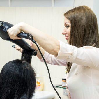 Укладка на длинные волосы. Выполняет мастер салона парикмахерской На Речной в Красногорске