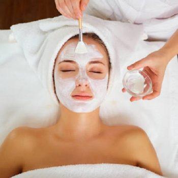 85 Фарфоровая маска в процедуре косметического ухода. Салон красоты На Речной в Красногорске