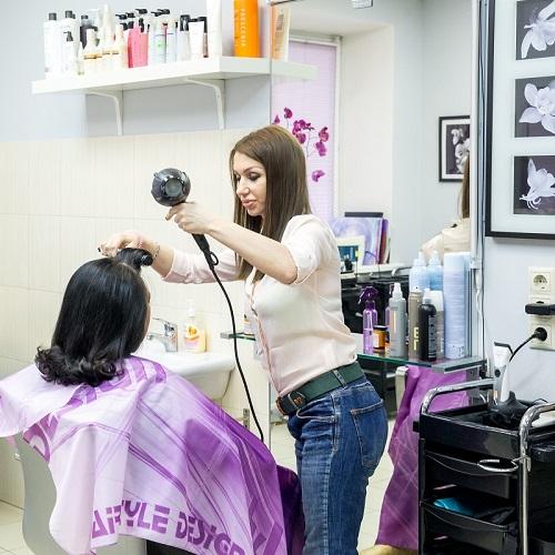 Сушка волос входит в стоимость стрижки и окрашивания. Салон парикмахерская На Речной в Красногорске