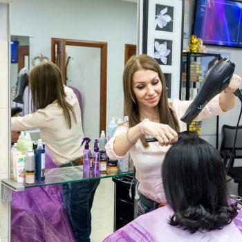 Парикмахер делает укладку, стрижка для волос средней длины. Салон красоты На Речной в Красногорске