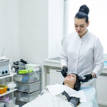 Косметолог салона красоты На Речной в Красногорске делает уход для кожи лица
