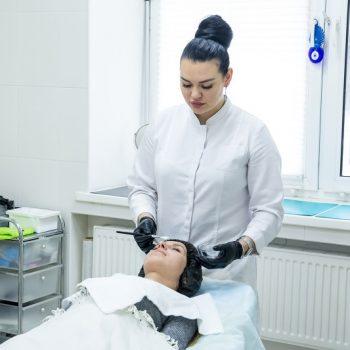 Косметолог салоне красоты На Речной в Красногорске за работой