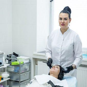 0068 1 Ручную чистку лица, лечение акне проводит косметолог а салоне красоты На Речной в Красногорске