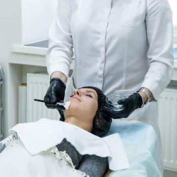 711 Косметический мультивитаминный уход для лица делает косметолог салона красоты На Речной в Красногорске