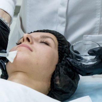 Уход для жирной кожи лица выполняет косметолог салона красоты На Речной в красногорске