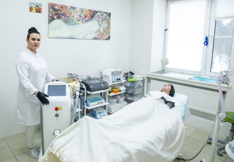 Косметолог салона красоты На Речной, демонстрирует аппараты для косметологических процедур, готовые к работе.