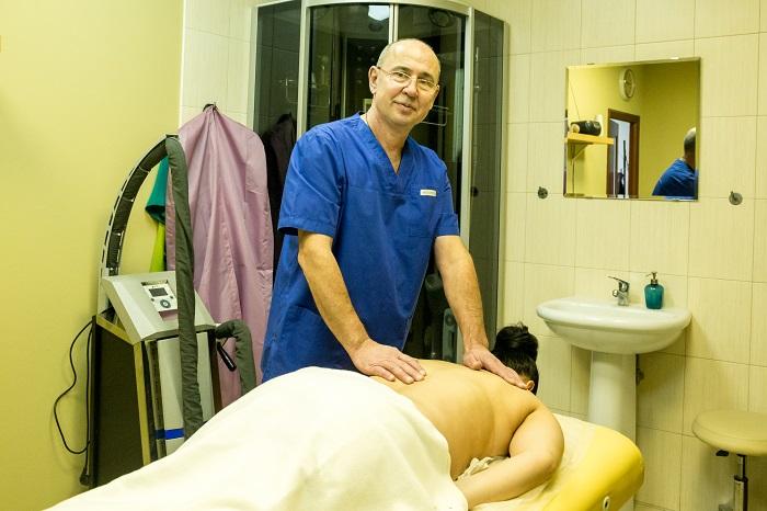 Мануальный массаж спины выполняет спортивный массажист Краснянский А. Н. Салон красоты На Речной в Красногорске.