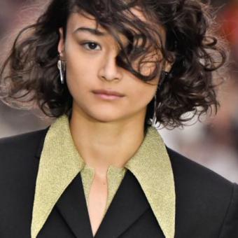 В каре кудрявые волосы, небрежными прядями. Женские стрижки и прически, тенденции 2020года, салон красоты На Речной, Красногорск
