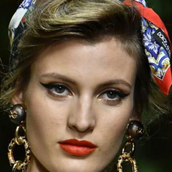 Повязанные шарфиком или платком волосы. Женские стрижки и прически, тенденции 2020года, салон красоты На Речной, Красногорск