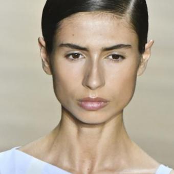 Гладкая аскетичная прическа, гель, волосы собраны в узел на затылке. Женские стрижки и прически, тенденции 2020года, салон красоты На Речной, Красногорск
